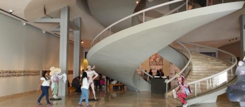 La arquitectura del museo nos lleva hasta un piso superior desde donde comienza la cronología.