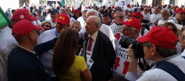 Riforma pensioni, lavoratori precoci in piazza: abolire la Fornero, novità oggi 11 maggio. Foto su Fb Lavoratori precoci uniti a tutela propri diritti