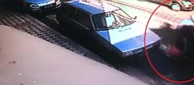 Vítima foi arrastada no asfalto por vários metros pelos suspeitos.