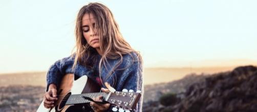 La cantautora Sofía Ellar, con su guitarra.