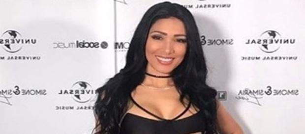 Simone causa alvoroço na internet com vestido ousado