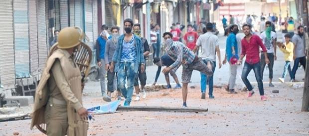 Stone pelters throwing rocks at the Indian Army in Sirinagar. - BCCL (http://media.indiatimes.in)