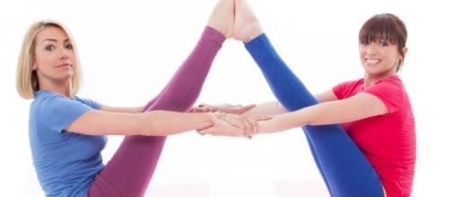 Francesca Senette dà lezioni di yoga