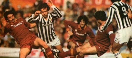 Michel Platini nella morsa dei difensori della Roma in una delle indimenticabili sfide degli anni '80
