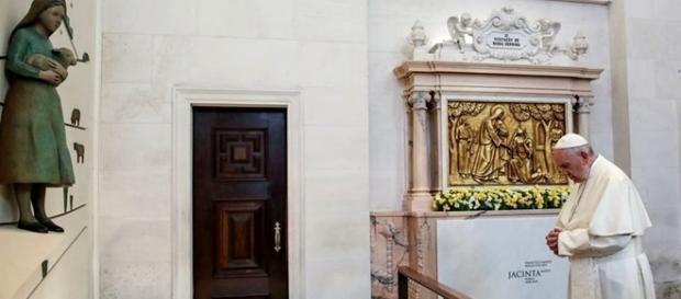 Antes da canonização, o Papa fez uma oração junto ao túmulo de Jacinta