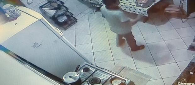 Vídeo mostra acusado ameaçando uma funcionária (Foto: Reprodução/TV Morena)