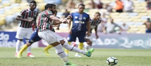 Com dois gols, Henrique Dourado foi o destaque da vitória do Flu sobre o Santos no Maracanã (Foto: Twitter)
