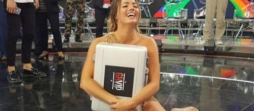 Alyson Eckmann posando con su maletín