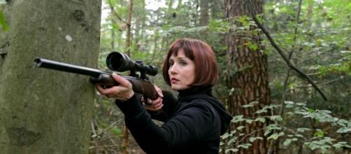 Beatrice mentre tenta di uccidere Adrian.