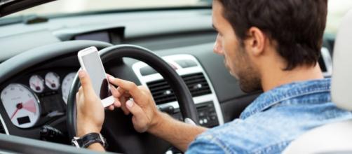 Smartphone alla guida: il video dell'incidente   Radio Deejay - deejay.it