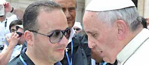 Leonardo Sacco è riuscito a farsi fotografare persino vicino a papa Francesco