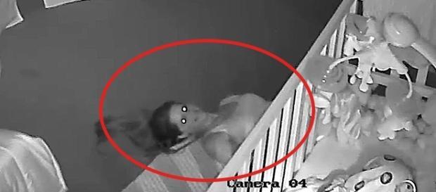Imagem da câmera de segurança que provocou um susto no pai do bebê