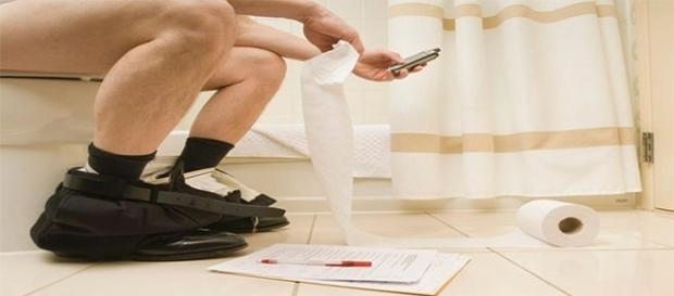 O perigo de usar o celular no banheiro (Foto Reprodução)