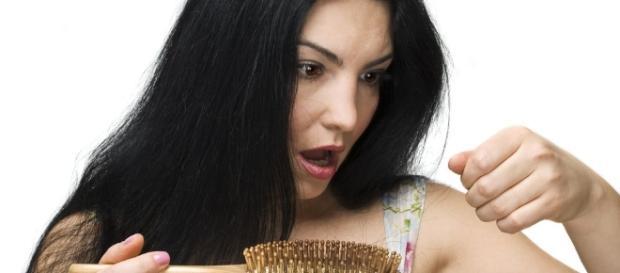 Quando os fios de cabelo começam a cair muito, é preciso checar se isto não é um mal sinal