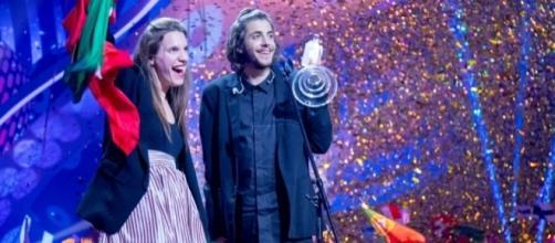 I fratelli Sobral, Luisa e Salvador, sul palco dell'Eurovision Song Contest 2017 durante la premiazione