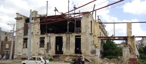 Ruinas de edificaciones construidas antes de la dictadura Castrista en La Habana. Fotografía: Alejandro Adonis Herrera