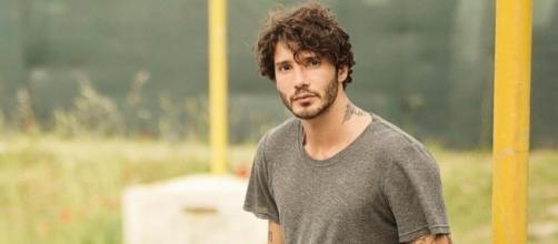 Stefano De Martino si dichiara single in un'intervista a 'Chi'.