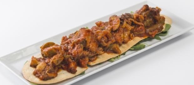 Caponata siciliana. Ensalada de berenjena frita, tomate, apio, aceitunas verdes y alcaparras