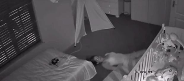 As imagens mostram a técnica da mãe para conseguir deixar o quarto do bebê em completo silêncio ( Foto: Reprodução)
