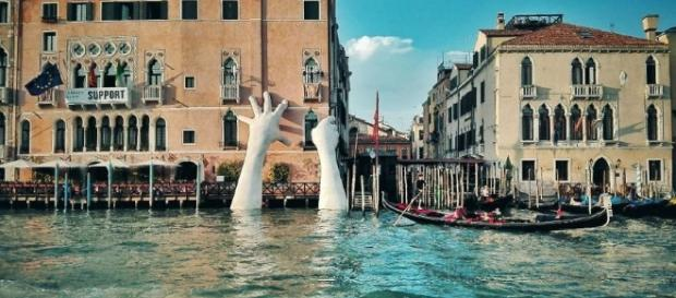Support: a Venezia la gigante scultura di Lorenzo Quinn