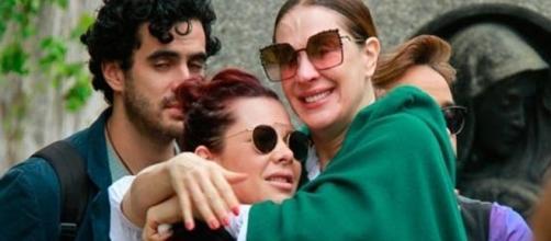 Fernanda Souza consola Claudia Raia em velório ( Foto: Reprodução)