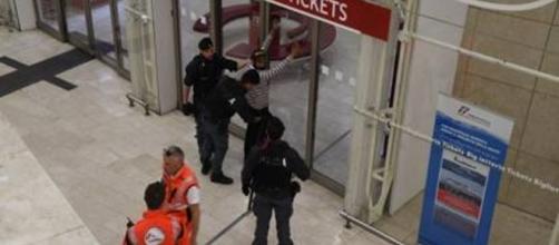 Milano, marocchino accoltella militare dell'Esercito e Agente Polfer in Stazione Gravi: non sono gravi