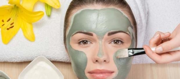 Argila verde tira manchas de espinhas do rosto? - com.br