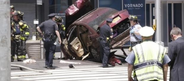 Auto sulla folla a Times Square, New York