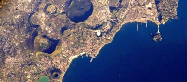 Imagem de satélite mostra parte do complexo de Campi Flegrei (Crédito: NASA)