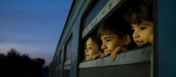 Tres pequeños refugiados de Siria, Afganistán e Iraq viajan a un centro para migrantes y refugiados. Cortesía Foto: UNICEF / Ashley Gilbertson