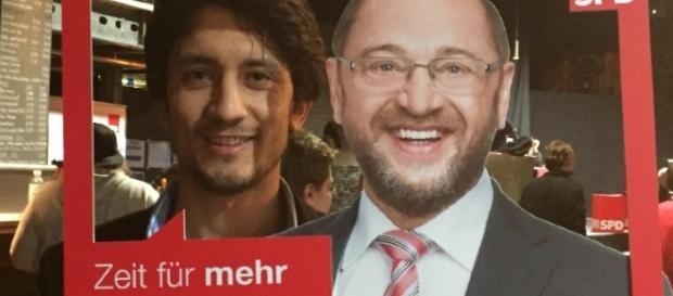 il 22enne afghano Ahmad Wali Temory in un fotomontaggio pubblicitario accanto a Martin Schulz