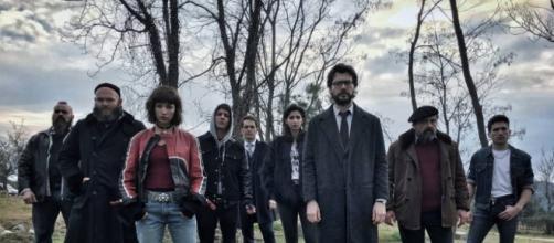 Elenco al completo de la banda de atracadores dirigida por 'El Profesor' en 'La casa de papel'.