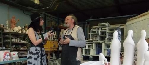 Entrevistando a Otero Regal en su taller. Fotografía: Císimo Rabanedo