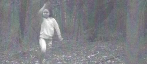 Seria essa garota um fantasma legítimo captado em foto? (Lukas Magnuson)
