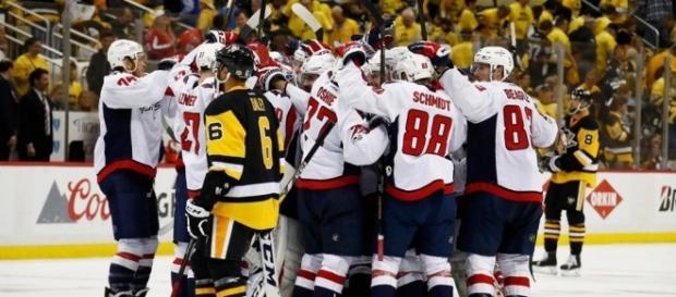 Los Caps sobrevivieron en Pittsburgh para ponerse en el casillero de ganados en la serie. NHL.com.