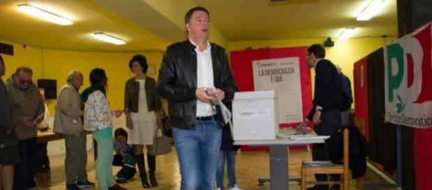Matteo Renzi impegnato nelle operazioni di voto ai gazebo delle primarie Pd