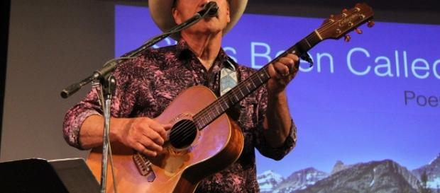 Rob Quist performimg (Wikipedia)