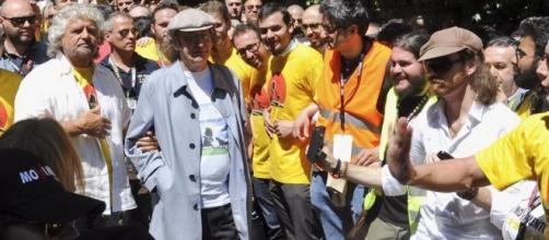 Beppe Grillo e Gianroberto Casaleggio in occasione di una precedente marcia Perugia-Assisi per il reddito cittadinanza