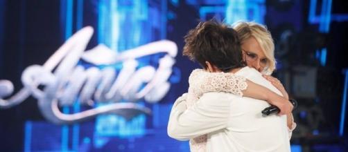 Maria De Filippi ha abbracciato Mike Bird al momento dell'eliminazione