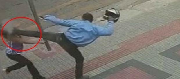 Ladrão dá um chute na vítima, que cai