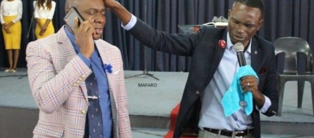 Pastor jura ter o número do telefone de Deus e que vai divulgar aos fiéis