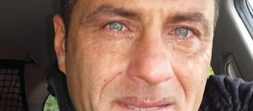 In questa foto Sossio piange per i suoi figli.