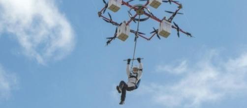 """Primeiro salto de paraquedas com um """"superdrone"""" aconteceu na Letônia"""