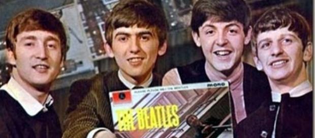 Beatles posam com o 1º Lp, Please Please Me, de 1963