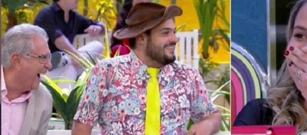 Carlos Alberto vira motivo de piada na Praça e na internet por namorada muito mais jovem
