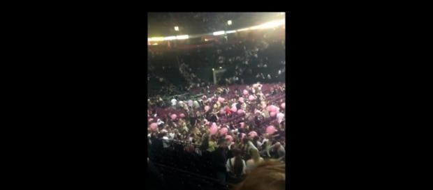 Polícia britânica atende a chamado sobre tumulto em show da cantora Ariana Grande. Foto: G1