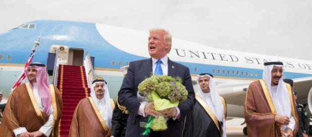 Trump sbarca in Arabia Saudita, accordo da 110 miliardi di dollari per le armi - huffingtonpost.it
