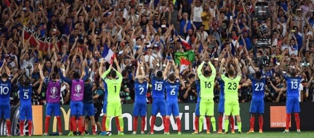VIDÉO - Euro 2016 : le clapping des Bleus avec leurs supporters au ... - rtl.fr