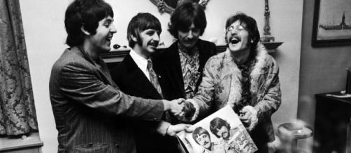 Beatles posam com o Lp Sgt. Pepper, de 1967