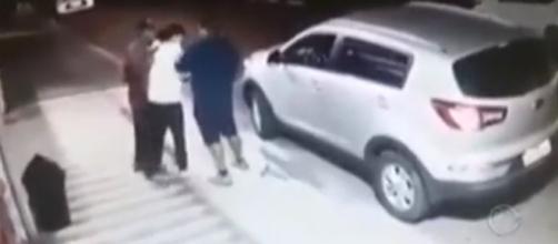 Mãe lutou com ladrões para evitar que o filho fosse levado (Foto: Reprodução/Vídeo/RecordTV)